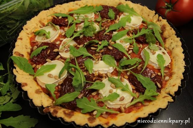 tarta pomidorowa z kozim serem i rukolą
