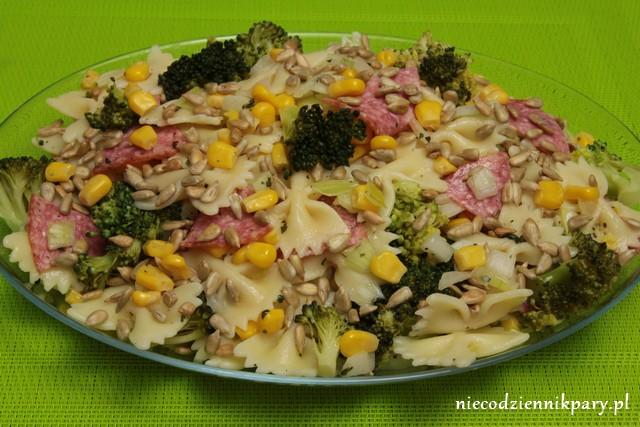 Makaronowa sałatka z salami i brokułem