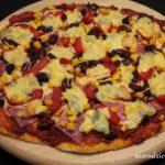 Pizza z salami i kukurydzą