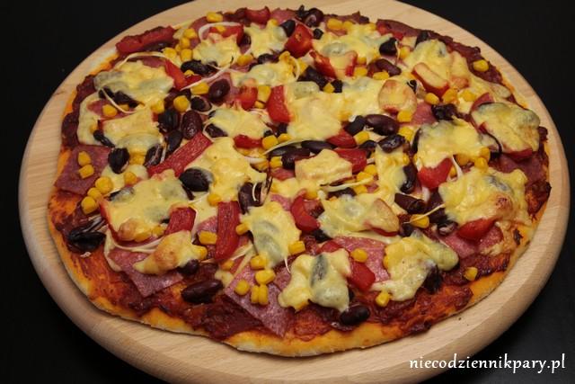 pizza_z_salami_i_kukurydzą
