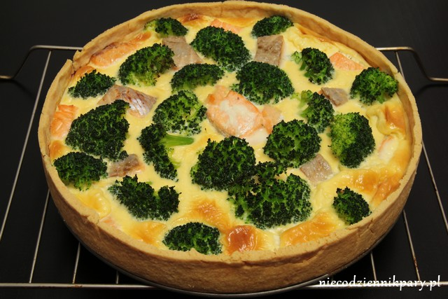 Quiche z łososiem i brokułem