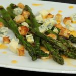 Grillowane szparagi z serem pleśniowym i grzankami