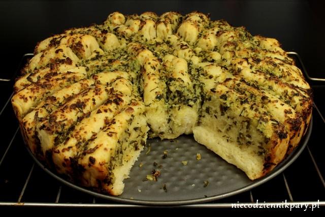 Drożdżowy chleb z masłem ziołowym
