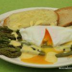 Zielone szparagi z jajkiem poszetowym