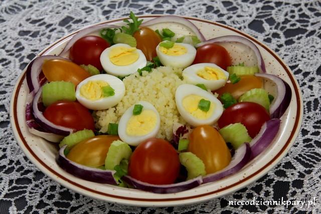 Sałatka z przepiórczymi jajkami i kuskusem