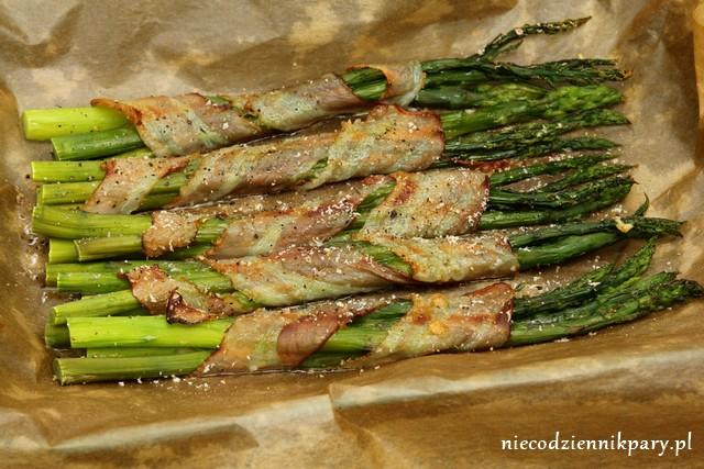 szparagi pieczone z boczkiem