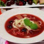 Zupa owocowa z truskawkami, rabarbarem i czereśniami