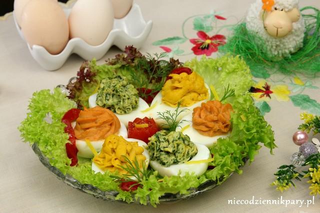 Jajka z kolorowymi pastami