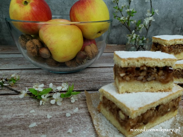 jabłecznik z orzechami i rodzynkami