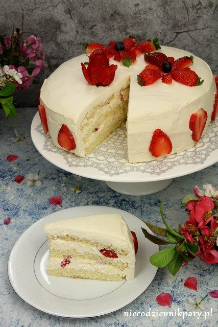 tort karmelowy z truskawkami