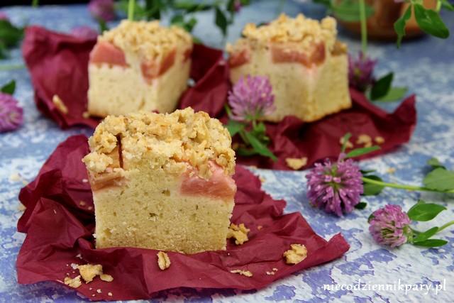 Ciasto ucierane z rabarbarem i owsianą kruszonką