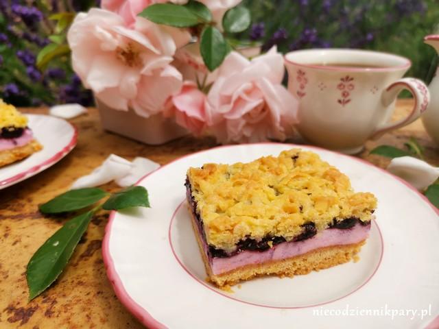 Ciasto z jagodami i budyniową pianką