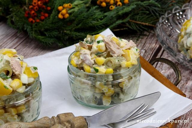 Sałatka z tuńczykiem, makaronem i jajkami